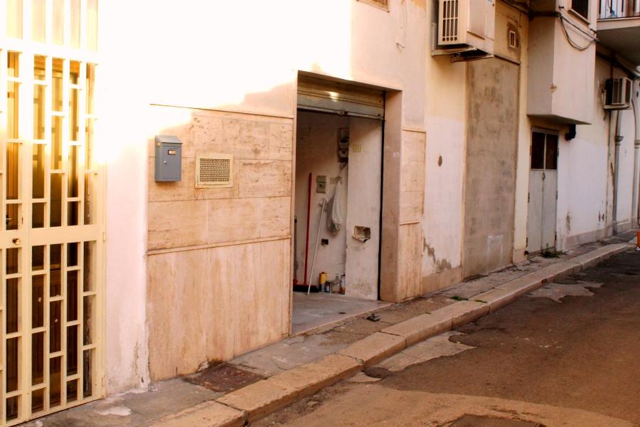 Zona corso giannone box auto piano strada 17 mq c a for Subito it appartamenti arredati bari
